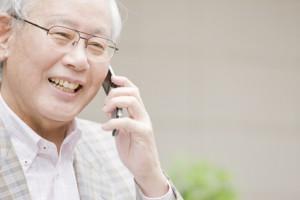 携帯電話で通話する老人