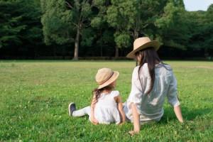 芝生で遊ぶ親子